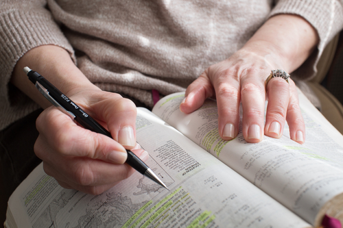 woman_writes_in_bible
